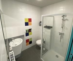 Chambre 4 lits simples avec salle de bain privative (vue sur le parc)